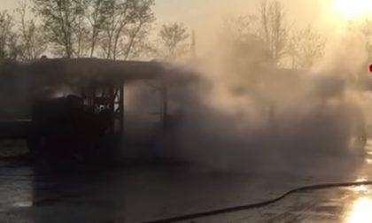 Bus in fiamme nella pista per crash test a Senago