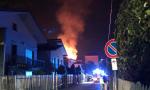 Casa in fiamme nella notte, pompieri e ambulanze in azione VIDEO