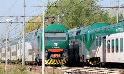 Vandali scatenati distruggono 44 finestrini dei treni