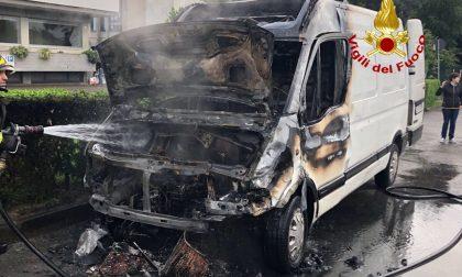 Furgone in fiamme in via Novara a Bareggio FOTO