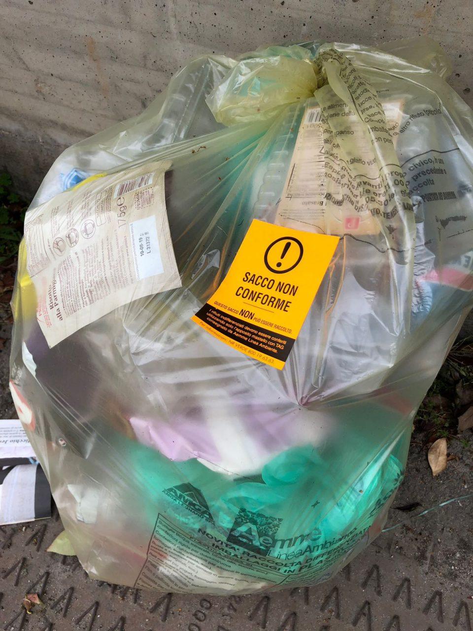 Dairago, sacchi della raccolta differenziata non raccolti perché non conformi
