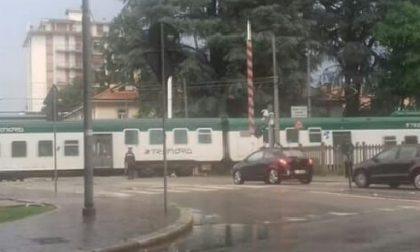 Il treno passa e il passaggio a livello rimane alzato: paura a Abbiategrasso