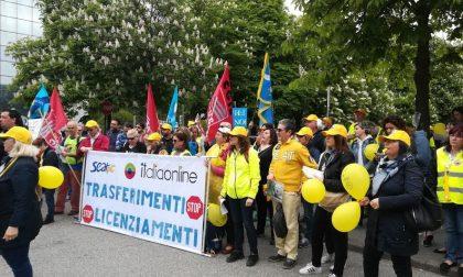 Italiaonline 400 licenziamenti. La protesta ad Assago: ai soci bonus milionari, noi in ginocchio (FOTO – VIDEO)