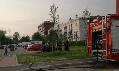Notte di fuoco a Settimo, bruciate 9 auto in via Airaghi FOTO