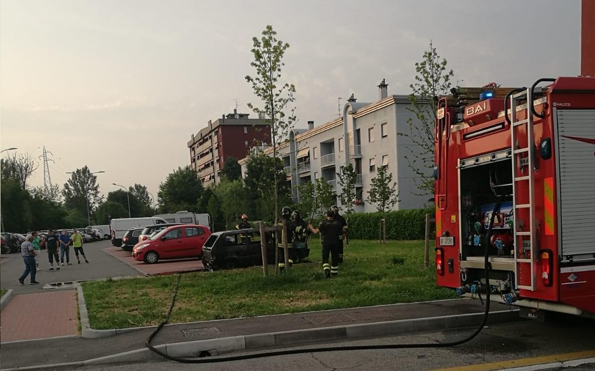 Notte di fuoco a Settimo, bruciate 9 auto in via Airaghi