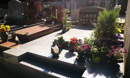 Rubano  per 20 volte i fiori sulla tomba dei figli morti giovanissimi di tumore