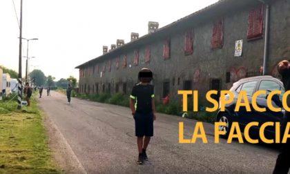 Visita il campo nomadi tra Cusago e Milano: minacce e spintoni. VIDEO