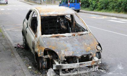 Gaggiano, auto bruciata nella notte in via Volta