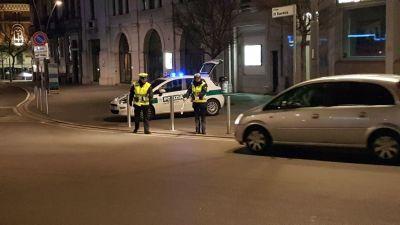 Bivacco notturno sul sagrato della basilica: arriva la Polizia Locale