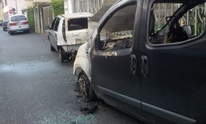 Due auto in fiamme nella notte a Magenta