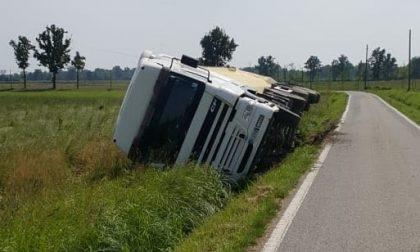 La strada è troppo stretta: camion si ribalta a Morimondo