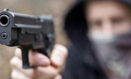 Rapina in tabaccheria a Olgiate, il ladro spara per riprendersi la refurtiva