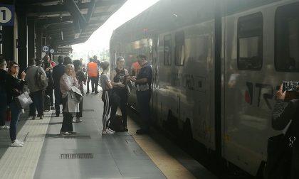 """Pendolari """"sequestrati"""" per più di un'ora sul treno LE FOTO"""