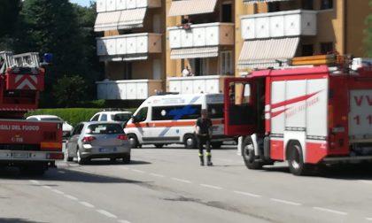 Incendio a Magenta, quattro mezzi dei pompieri FOTO E VIDEO