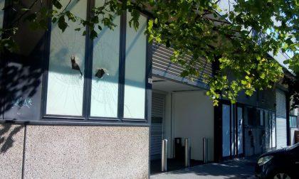 """Ladri alla moda cercano di sfondare la vetrina di """"D&G"""" a Legnano"""
