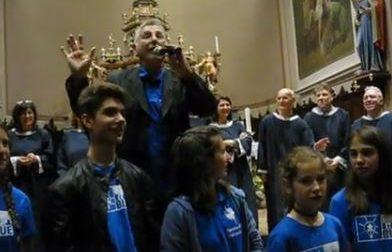 """Don Bruno in campo per l'autismo cantando la """"sua"""" mitica Mamma Maria VIDEO"""