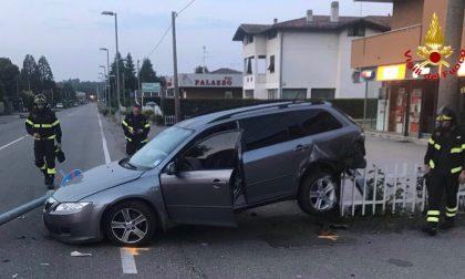 Perde controllo dell'auto, finisce contro un palo