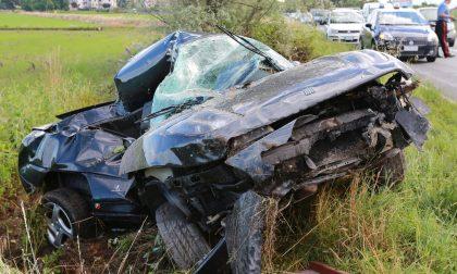 Gaggiano, 19enne si schianta contro un albero: auto distrutta