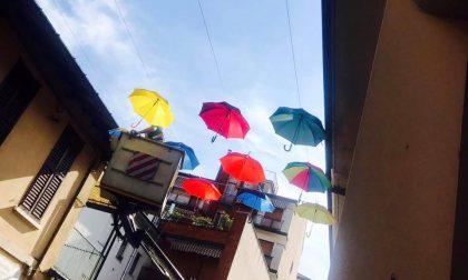"""In via Pretorio """"piovono"""" ombrelli multicolore"""