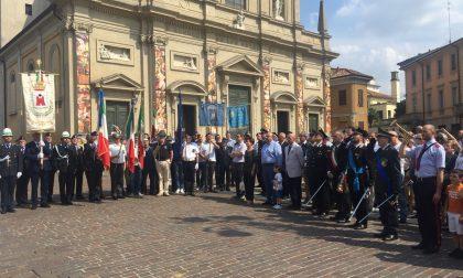 Festa Repubblica, in piazza a Saronno con il naso all'insù per i paracadutisti