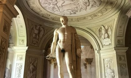"""""""Foglia di fico anacronistica""""... e la tolgono dalla statua"""