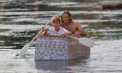 Anche il sindaco con la barca di cartone nel Naviglio FOTO e VIDEO