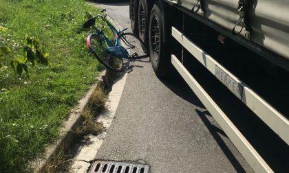 Ciclista investito da un camion
