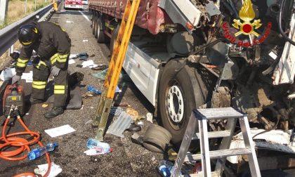 Scontro tra un camion e due auto sulla A4 FOTO