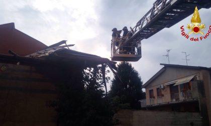 Tettoia divelta dal vento a Uboldo, intervengono i vigili del fuoco FOTO