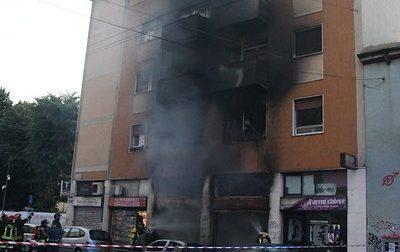 Pauroso incendio in viale Padova a Milano