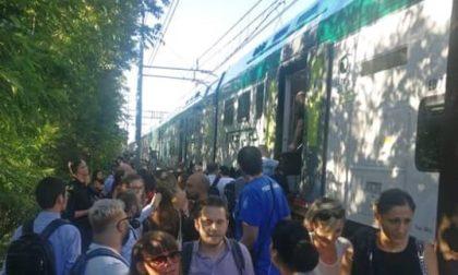 """Fumo e scintille dal treno: """"Disfatta per Trenord e Rfi"""""""