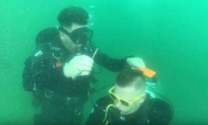 Taglio di capelli da record in immersione nel lago di Lecco