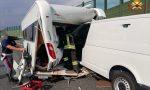 Scontro in autostrada, il furgone si incastra nella roulotte FOTO
