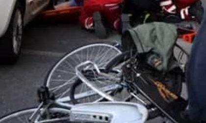 Marito e moglie si scontrano in bici, lui picchia la testa