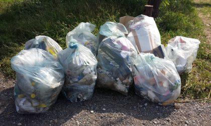Bisogna restare a casa ma i cestini stradali sono sempre pieni di rifiuti domestici: ora ci pensano i vigili