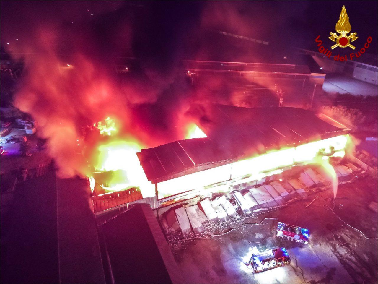 Incendio in un deposito di rifiuti