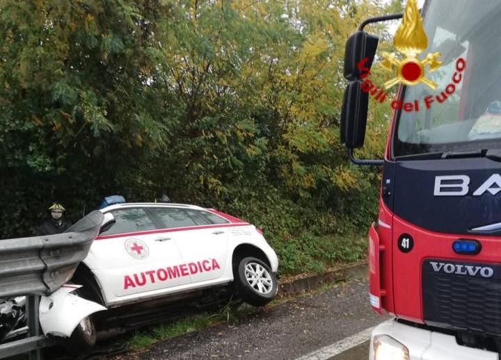 Automedica fuori strada: incidente sulla Statale 36