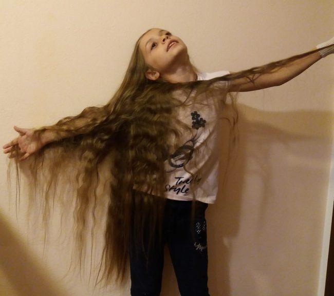 Bambina con i capelli piu lunghi del mondo