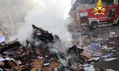 Incendio nella notte in una ditta di riciclo rifiuti a Novate VIDEO