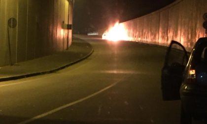 Auto in fiamme nel sottopasso di Castano