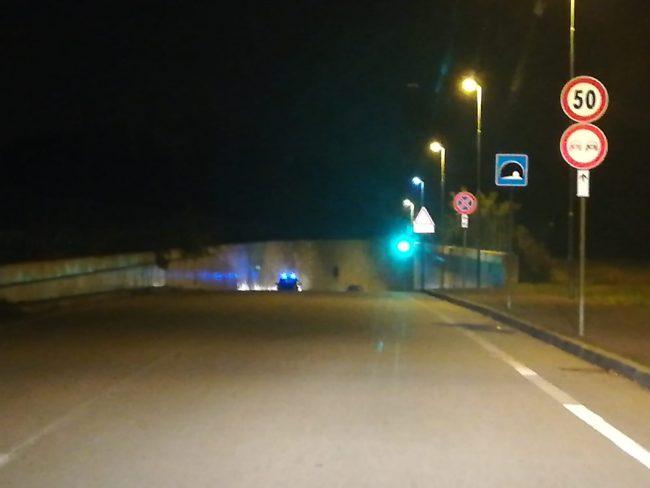 Castano Primo, auto in fiamme nel sottopasso di via Forlanini