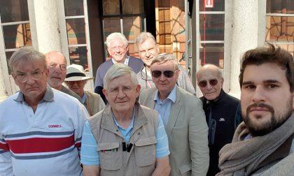 Delegazione anglo-americana in visita alla città della Battaglia