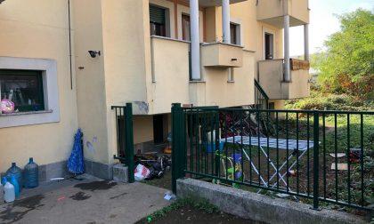 Sgomberati dagli appartamenti, ma ci bivaccano davanti
