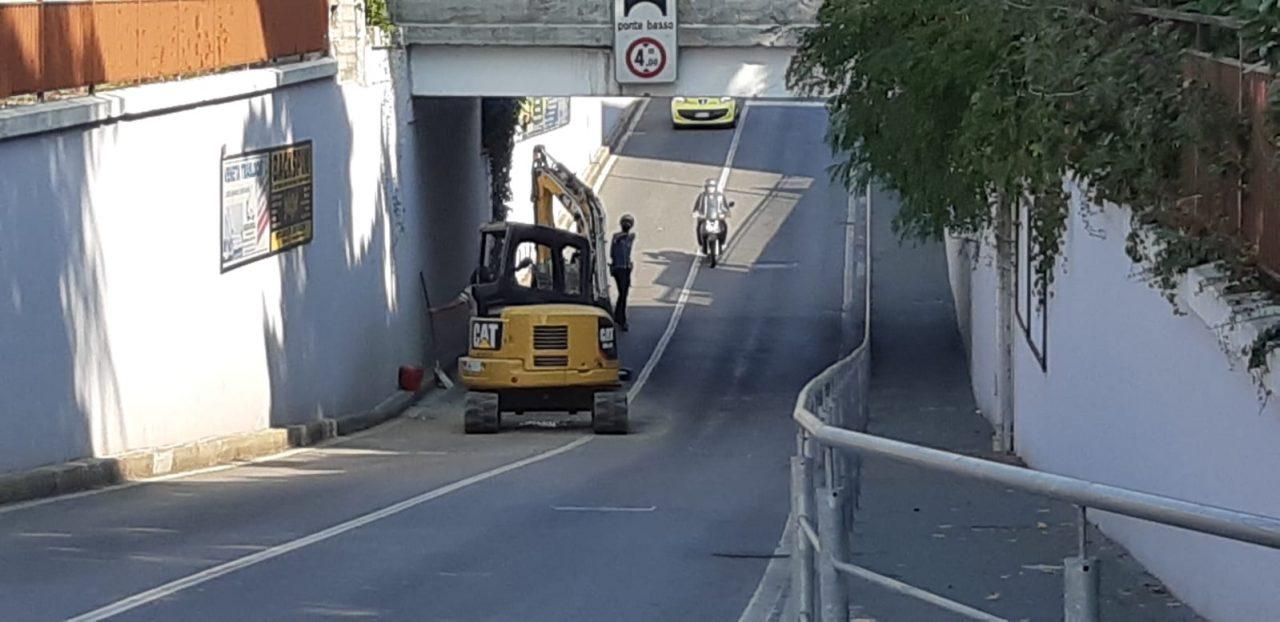 Camion sbatte contro il sottopasso