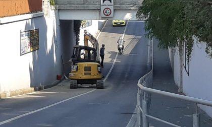 Camion sbatte contro il sottopasso, la ruspa che trasportava cade sulla strada FOTO