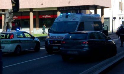 Malore al volante della sua auto, paura in centro a Legnano