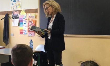 Sindaco e assessore leggono libri ai bimbi delle scuole