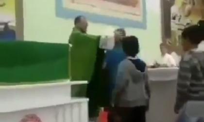 """Sacerdote schiaffeggia e tira calci ai bambini. Francesco Facchinetti: """"Ci vorrebbe l'inquisizione"""" VIDEO"""