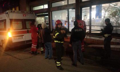 Si toglie l'apparecchio acustico: arrivano pompieri e ambulanza