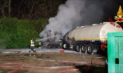 Automezzo in fiamme: si indaga sulle cause FOTO e VIDEO